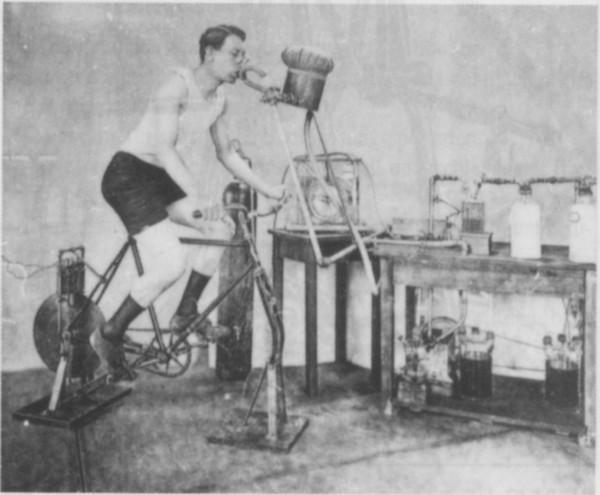 Die Anfänge der Sportmedizin: Fahrradergometrie mit Untersuchung des Gasstoffwechsels, um 1900.