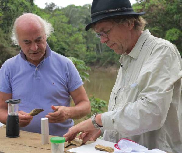 Robert Müntz (r.) sichert gemeinsam mit Arzt und Homöopath Jan Scholten Wirkstoffe für die Homöopathie